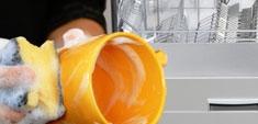 Poner el lavavajillas ahorra agua frente a lavar a mano